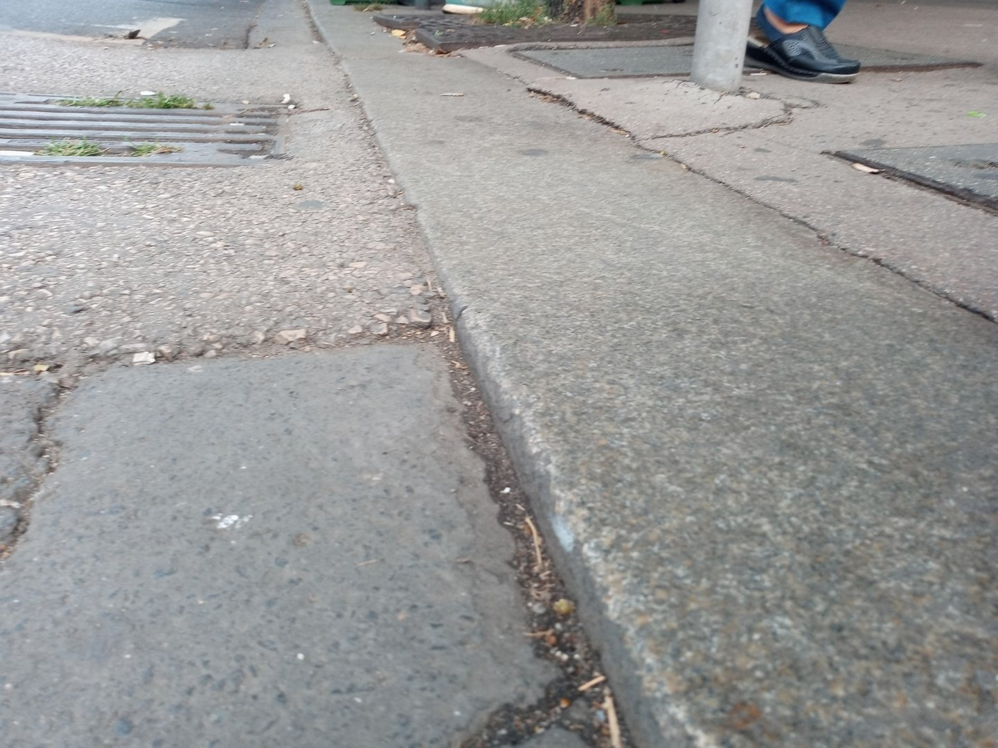At the crossing place there is a level difference between the roadway and the pavement