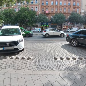 Barrier-free public car park (within 100 metres)